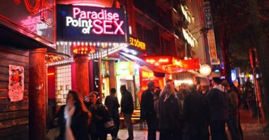 Clients aux portes du Paradise